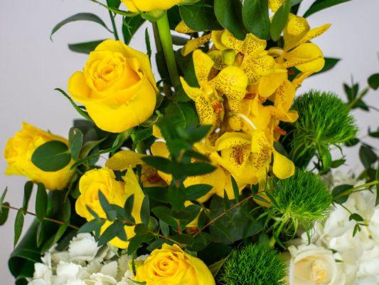 summer-fresh-vase-arrangement-by-casa-petal-online-flower-shop-dubai-1